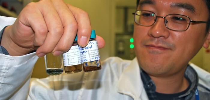 Based on Carbon: Zulieferer IBM gelingt die Produktion von nanotubes. Foto: IBM Forscher Hongsik Park untersucht verschiedene Lösungen von carbon nanotubes.