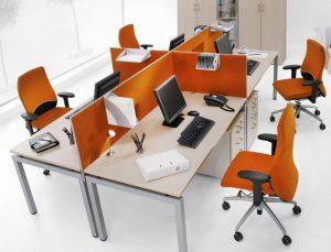 Modernes Arbeiten im Großraumbüro: Schallschutz für mehrere Mitarbeiter durch kleine Trennwände, damit verbunden ein gewisses Maß an Privatsphäre (#1)