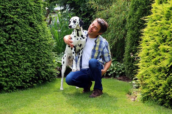 So ein hübscher Hund: Sein Herrchen würde nie wollen, dass ihm durch das Plastik im Hundefutter von Netto etwas geschehen würde.