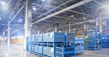 Hallenbeleuchtung mit LED: Lichtlösungen für Produktionshallen