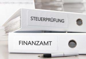 Unter Umständen kann ein Anspruch auf Schadensersatz bestehen: Wenn der Steuerberater einen Fehler gemacht hat, der einen Schaden in Ihrem Unternehmen hervorgerufen hat. (#01)