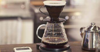 Ob auf diese Weise der beste Kaffee hergestellt wird? Nur wer brüht diesem Kaffee im Büro