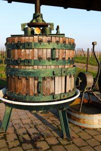 Weinpresse früher: Heute werden maßgeschneiderte Kammerfilterpressen bei der Weinherstellung verwendet. (#02)