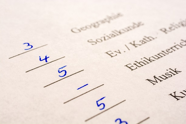 Schlechtes Zeugnis: Hier sind es Noten, in einem Arbeitszeugnis Bewertungen. Diese Bewertung darf in einem Arbeitszeunigs nicht hinnehmen
