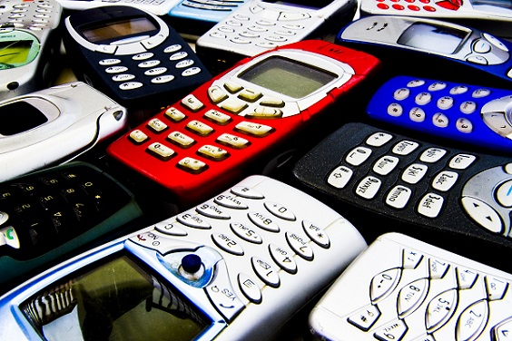 Hersteller wie Nokia, mit dem einst weit verbreiteten Betriebssystem Symbian, verlieren den Anschluss und rapide an Marktanteilen.(#02)