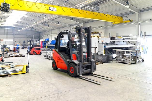 Viele Industriehallen haben oberhalb der benutzten Fläche viel freien Raum – ideal, um Dämmungen zu installieren und die Decke abzuhängen. (#03)