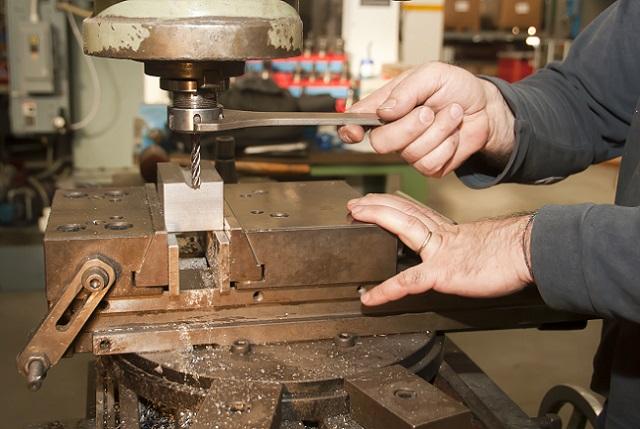 Damit die benötigte Druckluft zum Spannen und Lösen an das Spannfutter herangeführt werden kann, muss an der Rückseite der Maschinenspindel eine Drehdurchführung befestigt werden. (#02)