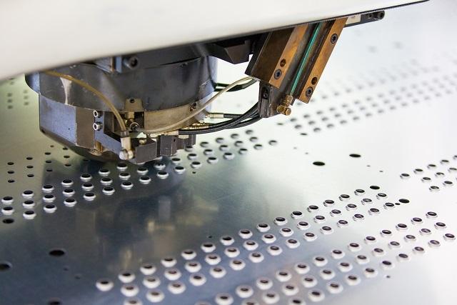 Eine weitere mögliche Anfertigungsform von Sicken ist das Nibbeln – dabei wird der Stempel durch ein Stanzverfahren mit Nachsetzen in das Blech gedrückt, wodurch eine individuelle Herstellung der Länge und des Formverlaufs der Sicke möglich ist. (#02)