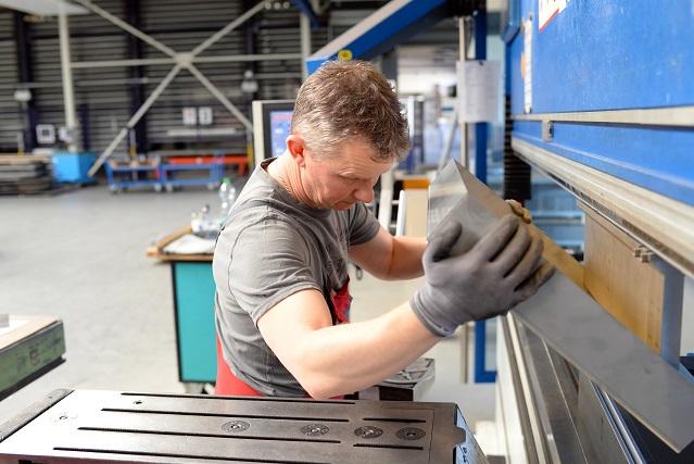Sicken, welche als rinnenförmige Vertiefungen auf dem Blech sichtbar sind, werden entweder manuell oder maschinell hergestellt und finden in zahlreichen Industriezweigen Anwendung, (#03)