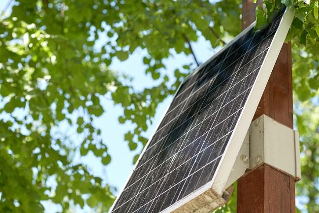 Wer Solarzellen nur von den großen Feldern oder Hausdächern kennt, der wird nicht schlecht staunen, dass es die schwarzen Paneele auch im handlichen Format gibt. (#01)