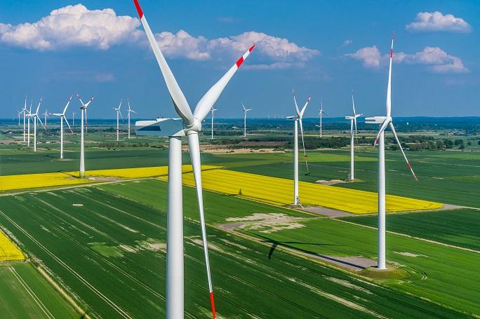Im Zuge der ständig verbesserten Infrastruktur von Ökostrom-Anlagen ist die umweltschonende Energiegewinnung besonders nachhaltig. Wenn sich immer mehr Unternehmen für Ökostrom entscheiden, so lässt sich das Risiko, das mit der Nutzung anderer Energiequellen einhergeht, reduzieren. Gleichzeitig dient der Ökostrom dem Umweltschutz. (#03)