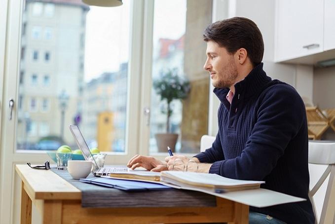 Die Kontrolle der Scheinselbständigkeit bezieht sich nicht nur auf die Prüfung der schriftlichen Verträge. Auch das tatsächliche Arbeitsverhältnis und die speziellen Bedingungen im Arbeitsalltag werden einem genauen Check unterzogen. (#01)