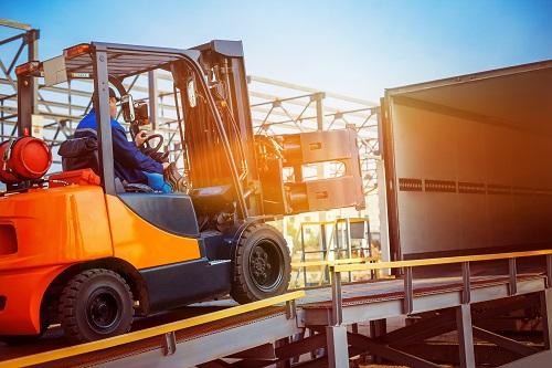 Elektro-Hochhubwagen sind mit Gabelstaplern zu vergleichen. Im Unterschied zu Gabelstaplern können sie allerdings nicht für das Be- und Entladen von LKW benutzt werden. (#04)