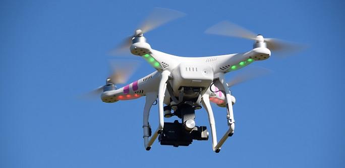 Multikopter sind fliegende Spielzeuge, Transport- und Überwachungsdrohnen oder auch professionelle Kameradrohnen. Sie haben eines gemein, sie profitieren von einem Elektromotor. (#03)