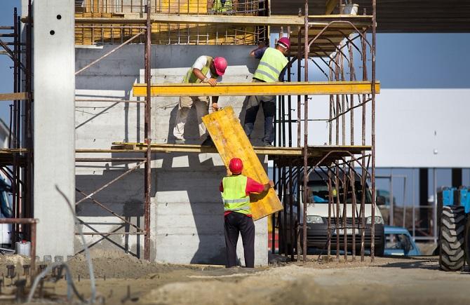 Baugerüste gehören auf Baustellen und passen sich in Stabilität und Sicherheit durch verschiedene Ausführungen den örtlichen Gegebenheiten perfekt an. (#03)