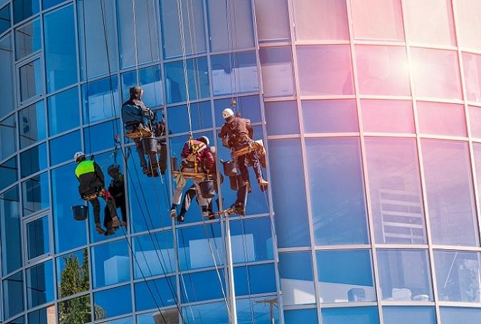 Fassadenreinigung, Kirchturmsanierung und Werbeflächenmontage – alle diese Arbeiten haben eines gemeinsam: Sie finden in luftiger Höhe statt und bergen ein hohes Arbeitsrisiko.(#01)
