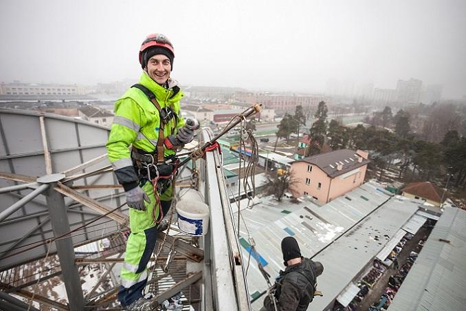 Überall auf der Welt gibt es eine große Nachfrage nach den deutschen Industriekletterern, die in luftiger Höhe für Sauberkeit und reparierte Gebäude sorgen. (#04)