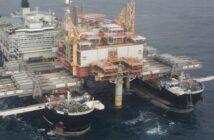"""Die """"Pioneering Spirit"""" hebt bis zu 48 000 Tonnen schwere Offshore-Plattformen von ihren Stützen."""