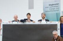 Von links: Dr. Jens Burfeind, Gruppenleiter Elektrochemische Speicher, Lukas Kopietz, Peter Schwerdt, beide Entwickler Abteilung Chemische Energiespeicher, Prof. Christian Doetsch, Bereichsleiter Energie, Prof. Eckhard Weidner, Institutsleiter, Dr. Anna Grevé, Abteilungsleiterin Chemische Energiespeicher.