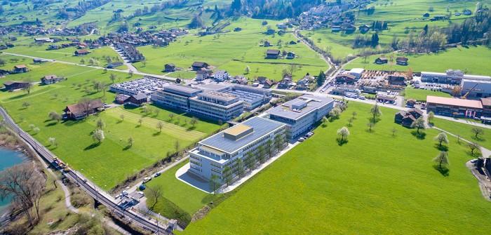 So wird der Hauptsitz von maxon in Sachseln ab Sommer 2018 aussehen. Vorne am See das neue Innovation Center.