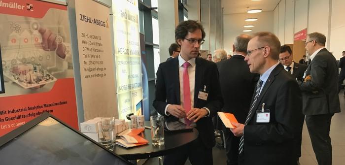 Tobias Gaukstern (li.) Head of Industrial Analytics, stellt Journalisten die Vorteile der Industrial Analytics Lösung von Weidmüller vor.