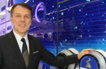 Vorstandsvorsitzender Peter Fenkl erklärt die Vorteile des ZAcode auf der Chillventa in Nürnberg: Bei allen Produkten von Ziehl-Abegg, ob Regelgerät oder Motor, ist die Installations- und Bedienlogik identisch.