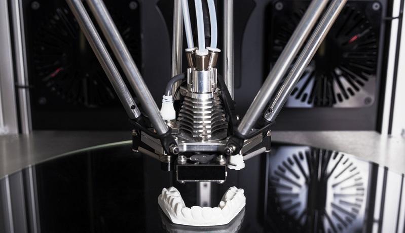 Die FDM Technik wird von 3D Printern verwendet, die in der Anschaffung unterhalb der Grenze von 4000 € liegen. Der Preis ist deshalb so niedrig, da die erforderliche Mechanik und Elektronik sehr einfach gehalten sind.(#06)