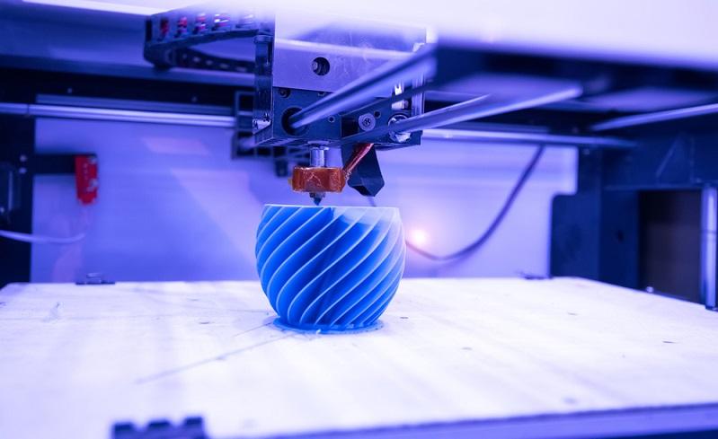 Die technische Innovation 3D Printing ist sehr nützlich - wer möchte, kann ein selbstgestaltetes Element, einen Prototypen oder Ersatzteile drucken. Hierfür ist keine Drucker-Anschaffung erforderlich, denn es gibt entsprechende Dienstleister. Wir erklären, wie 3D Printing funktioniert und stellen 3D Druck Services vor. (#04)