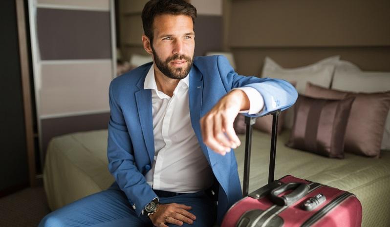 Das Bild ist bekannt: Elegant gekleidete Frauen und Männer in Anzügen haben immer einen schwarzen Rollkoffer dabei. Wer öfter auf Geschäftsreise fährt, der hat sich vermutlich noch nie Gedanken darüber gemacht, einen anderen Koffer, als das schwarze oder graue Modell, zu wählen. (#01)
