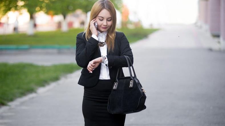Elegant und stilsicher, professionell und gepflegt – so wirkt der Hosenanzug für Damen. Er ist meist in Schwarz gehalten, kann aber auch andersfarbig aussehen, solange der Dame diese Farbe gut steht. Kombinierbar ist der Hosenanzug mit einer farbigen Bluse, auch neutrale Farben wie Hellblau oder Weiß sind möglich. (#02)