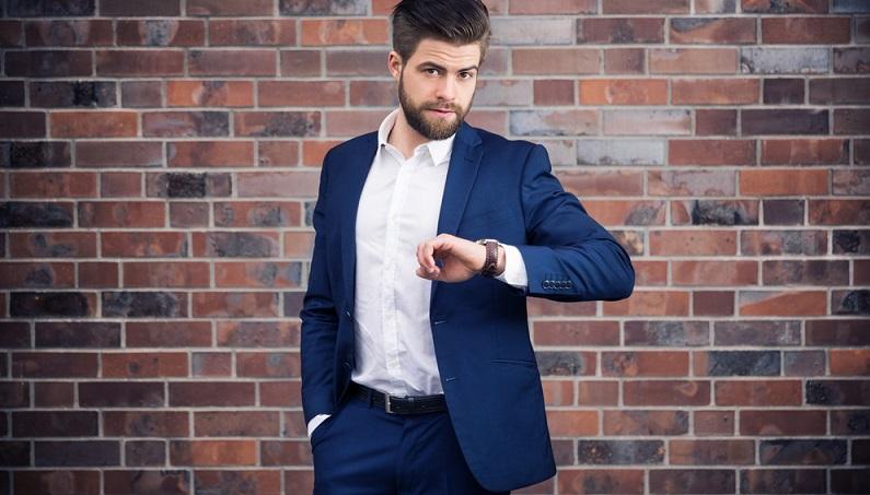 Klar, für Männer ist es deutlich einfacher, in perfekter Businesskleidung auf der Messe zu erscheinen. Sie brauchen weder Schmuck noch hohe Schuhe – ein stilvoller Anzug ist ausreichend. Die besten Farben sind meist Dunkelblau oder Dunkelgrau, Schwarz lässt immer einen Hauch von Beerdigungsfeeling aufkommen (#02)