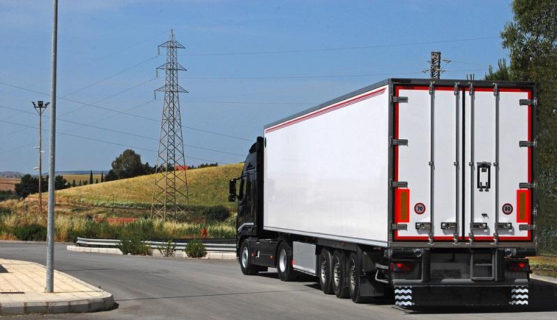 Ein Pkw wird eher privat genutzt, ein Lkw gewerblich – Versicherungen unterscheiden in der Ausgestaltung ihrer Verträge zwischen beiden Varianten. Gleichzeitig bieten sie oft eine Art abgespeckte Version der Lkw-Versicherung an, wenn sie diese bis zu 3,5 Tonnen Gesamtmasse des Fahrzeugs anbieten. #01)