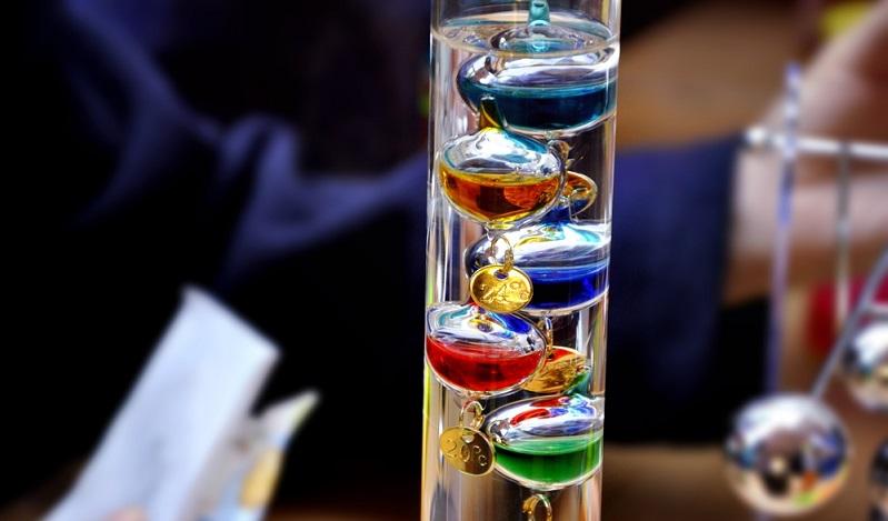 So gibt es gerade bei der Temperaturmessung auch heute noch Thermometer, die es bereits in früheren Zeiten gab und die auch heute noch in Gebrauch sind. Zum Teil deshalb weil sie einen dekorativen Wert haben. Man denke hier an das Galileo-Thermometer.(#02)