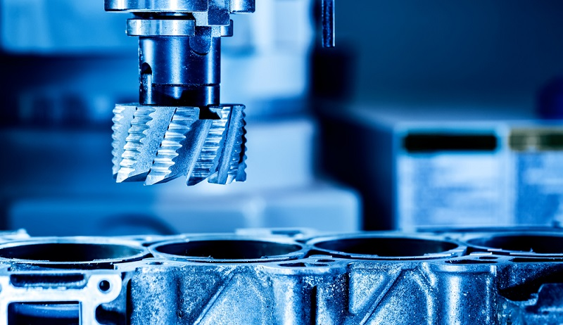 Im industriellen Bereich stellen CNC-Maschinen eine Möglichkeit zur Verkürzung der Rüstzeiten dar: Sie beinhalten bereits viele verschiedene Werkzeuge und ermöglichen damit die Bearbeitung unterschiedlicher Werkstücke. (#03)