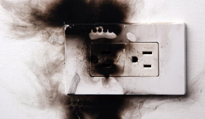 Eine Überlastung erhöht das Risiko, dass es zu einem Stromschlag oder sogar zu einem Brand kommt. (#02)