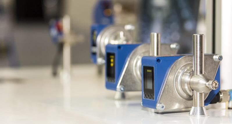 Lichtschranken sorgen in vielen Bereichen für eine bessere Effizienz. Durch die moderne Sensorentechnik wird die Automatisierung in der Industrie vorangetrieben. (#01)