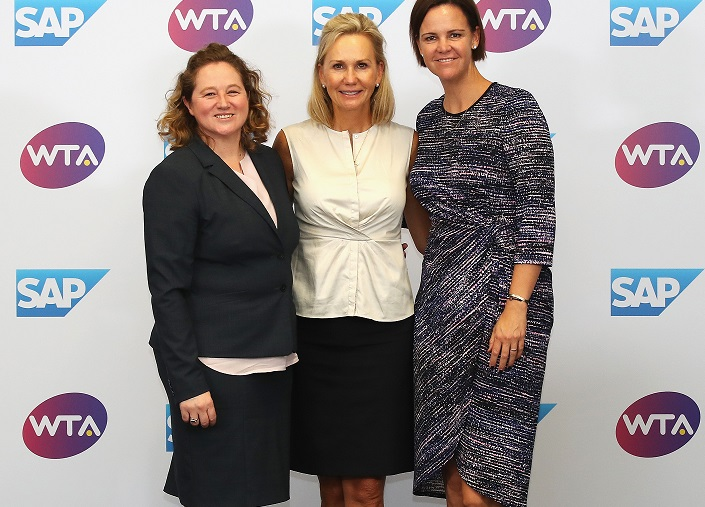 """Jenni Lewis, Head of Tennis Technology bei SAP, WTA-Präsidentin Micky Lawler und Tennislegende Lindsay Davenport (v.l.n.r.) bei der Präsentation von SAP Tennis Analytics for Media am 23. Oktober bei den WTA Finals in Singapur."" (#03)"