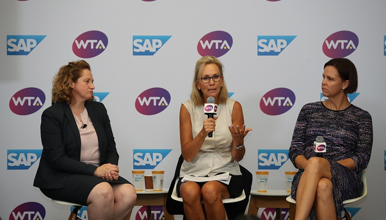 """Jenni Lewis, Head of Tennis Technology bei SAP, WTA-Präsidentin Micky Lawler und Tennislegende Lindsay Davenport (v.l.n.r.) bei der Präsentation von SAP Tennis Analytics for Media am 23. Oktober bei den WTA Finals in Singapur."" (#02)"