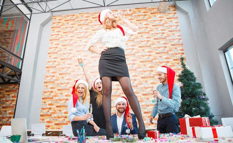 Rechtliche Folgen hat ein Tanz auf der Weihnachtsfeier erst, wenn man dabei gestrippt hat. (#04)