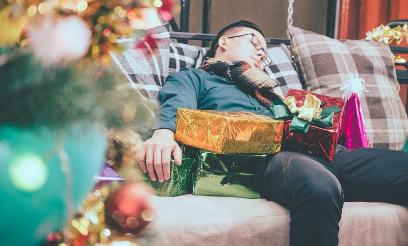 Einige auf der Weihnachtsfeier überkommt eine große Müdigkeit. (#06)