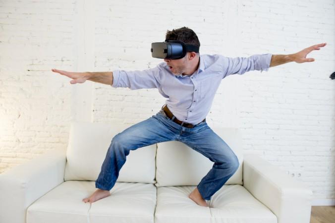 The Void VR ist einen großen Schritt weiter. Es ist kein langweiliges Sofa surfen mehr, mit der Virtual Reality Brille auf dem Kopf. Stattdessen erlebt man auch körperlich vor Ort in den großen Hallen, was man mit der Brille parallel sieht. (z.B. könnte man hier barfuß auf einem echten Surfbrett stehen. (#1)