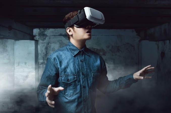 Mit einer kabellosen Ausrüstung begibt man sich in die Spielhallen von The Void VR. Man muss also in Wirklichkeit nicht länger auf der Stelle treten wenn man in der virtuellen Welt läuft, sondern kann tatsächlich durch Hallen rennen und auf Mauern springen. (#2)