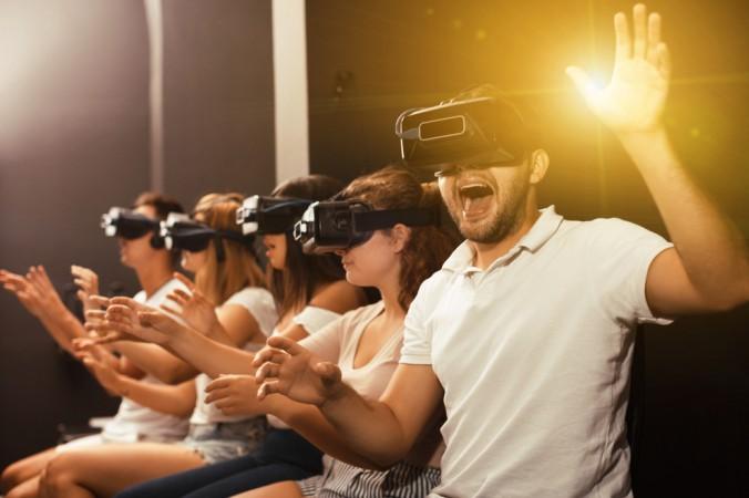 Langweilige Vergnügungsparks gehören bald der Vergangenheit an. Die Menschheit verlangt nach mehr Virtual Reality! Ganz egal ob als kleinere VR-Stationen in Einkaufszentren, VR-Events mit Freunden, oder ganze VR Parks mit vielen hundert Quadratmetern Fläche. Die Zukunft steht eindeutig auf Virtual Reality. (#1)