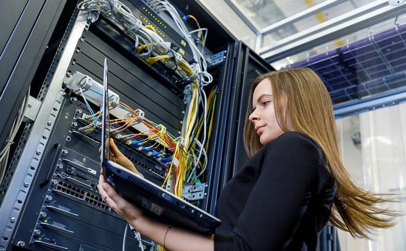 Die Netzwerkfestplatte des NAS Servers verfügt über einen Netzanschluss sowie einen eigenen Prozessor und ein Betriebssystem. (#02)