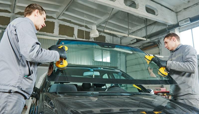 In der Automobilbranche wird das eingesetzte Flachglas so beschichtet, dass es auftretende Lichtblendungen von anderen Autofahrer oder anderen Störfaktoren im Rückspiegel in der Stärke verringern kann. (#04)