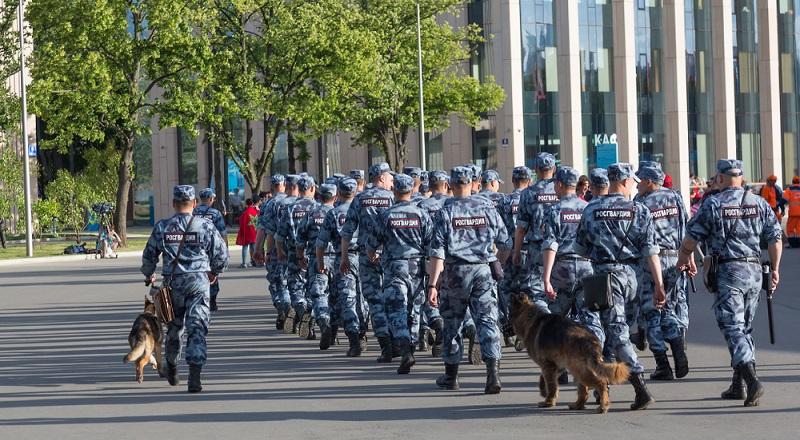 Mehr als 100.000 Einsatzkräfte sorgen für die Sicherheit der Mannschaften und der Fans. (#03)