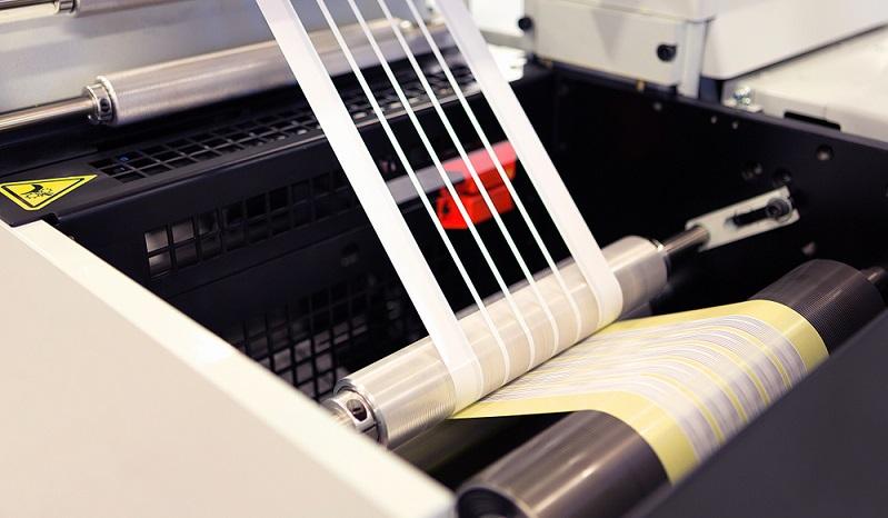 Die Druckflächen werden aus dem Druckstock herausgeschnitten. Lediglich die Erhöhungen nehmen die Druckfarbe an, während die Innenflächen farblich ausgespart werden. (#01)