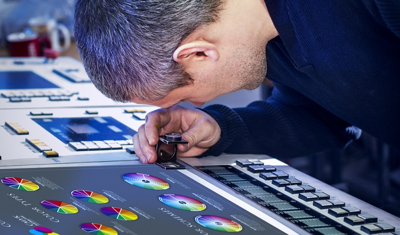 Die neueste Technik macht es möglich, dass es mit dem Digitaldruck ein Verfahren gibt, wo Schablonen oder Druckformen unnötig sind. Stattdessen wird das Druckbild zunächst im Computer visualisiert und anschließend an die Druckmaschine übertragen. (#04)