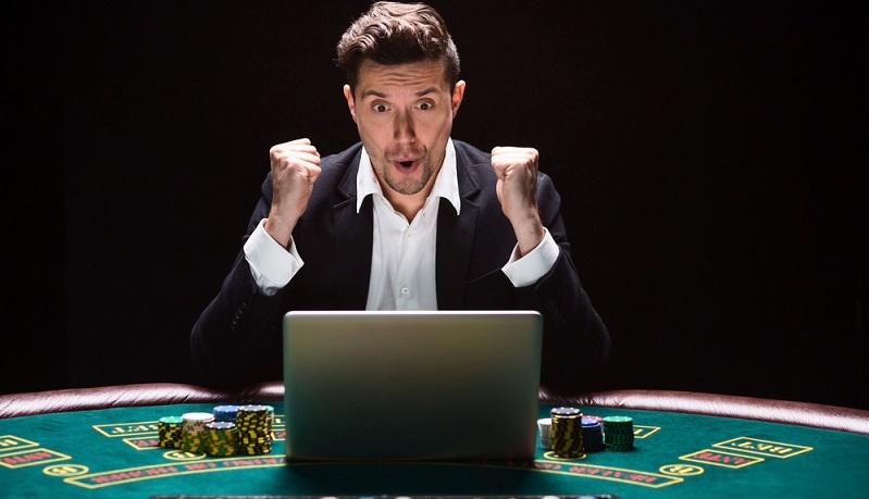 In den letzten Jahren geht der Trend ganz eindeutig zu den Online-Casinos, die deutlich höhere Gewinne einfahren, während die Umsätze in den gewöhnlichen Spielotheken und Spielbanken kontinuierlich sinken. (#01)