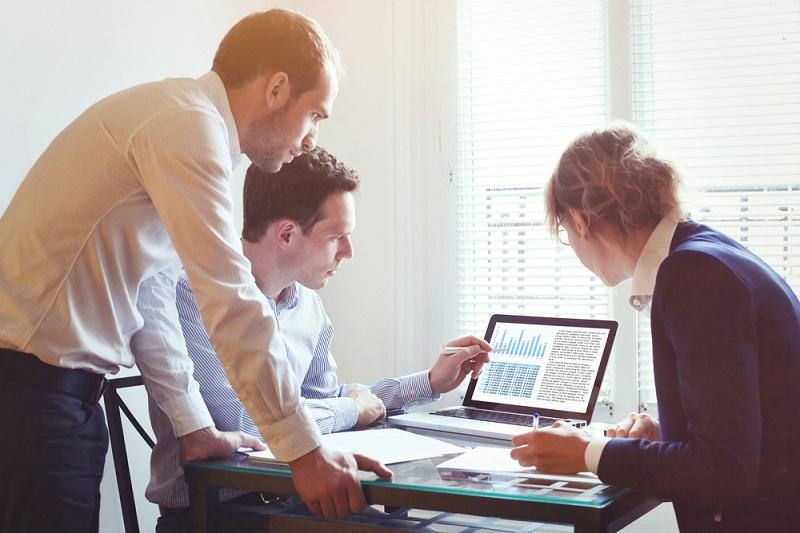 Der Fachkräftemangel ist eklatant. Durch höhere Tarifabschlüsse versucht der Staat, IT-Experten an sich zu binden. (#2)